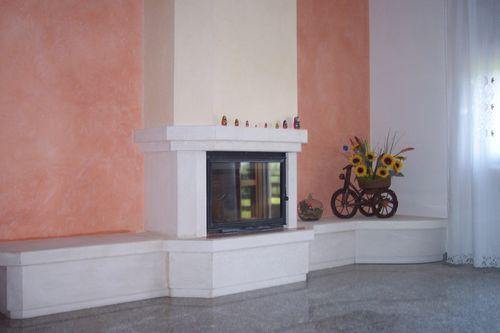 camini in pietra bianca : Caminetto a parete in pietra bianca, focolare interno Cheminee ...