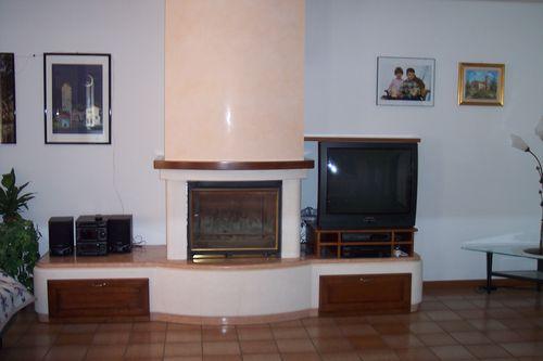 Parete Gialla E Grigia : Caminetto a parete in pietra bianca e marmo ...