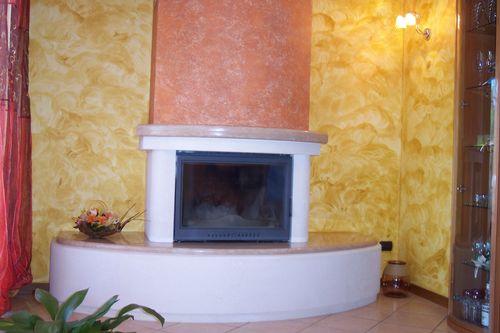 Parete Gialla E Grigia : Caminetto in pietra bianca e marmo rosa ...